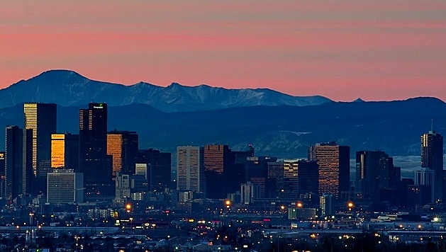 Denver_skyline_sunrise_and_mountains.jpg