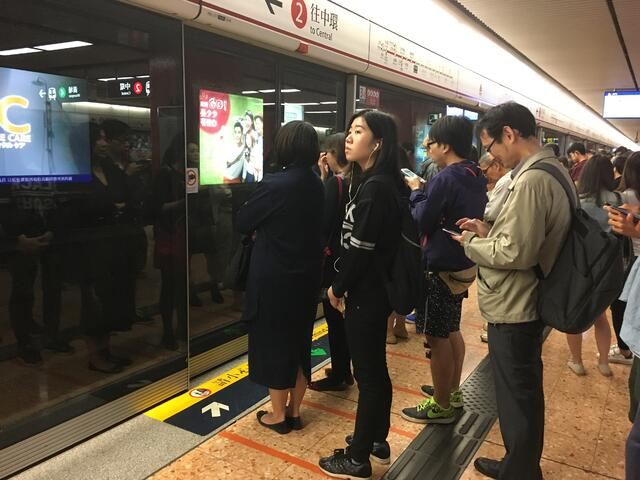 Subway_platform_Hong-Kong_Arlene-Haas